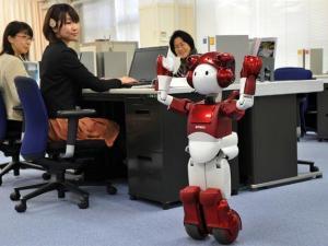 Robot Emiew en una oficina