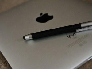 Portátil Mac con bolígrafo para escritura electrónica