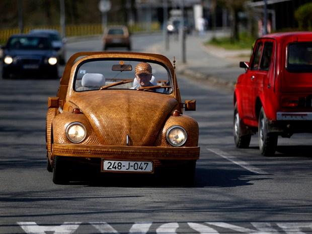 El Volkswagen de madera circulando por las calles de Bosnia. Foto: Infobae