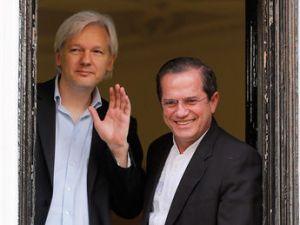 Assange con el canciller Patiño en la ventana de la Embajada de Ecuador en Londres