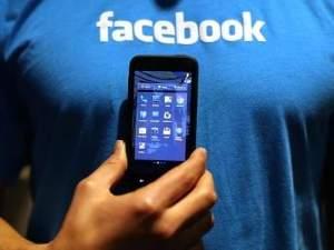 Usuario facebook sin cara con smarthphone en la mano