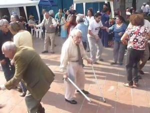 Anciano en pista de baile