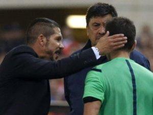 Cholo Simeone golpea al árbitro