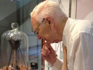 Científico observa pipeta con brea