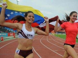 Rosbelis Peinado corre con bandera venezolana en la pista