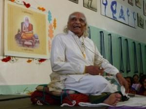 Murió BKS Iyengar, el fundador del yoga