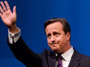 David Cameron saluda desde el podio