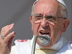 Papa Francisco con rostro serio