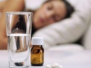 Mujer dormida frasco pastillas