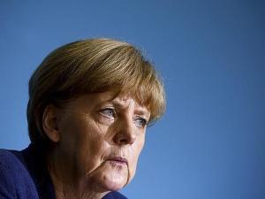 Ángela Merkel con rostro contraido