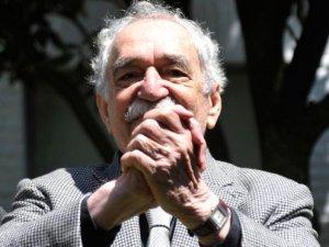 Gabriel García Márquez saluda