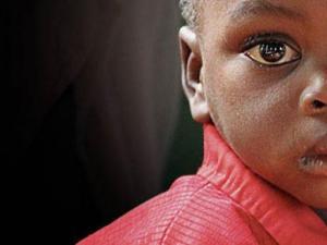 Close up niño africano