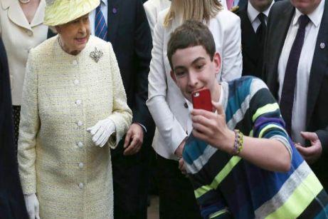 La reina de Inglaterra Isabel II en un mercado en Irlanda del Norte