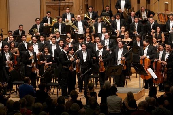 Gustavo Dudamel celebra con sus músicos de la OSSBV el éxito obtenido en Bruselas. Foto FundaMusical Bolívar