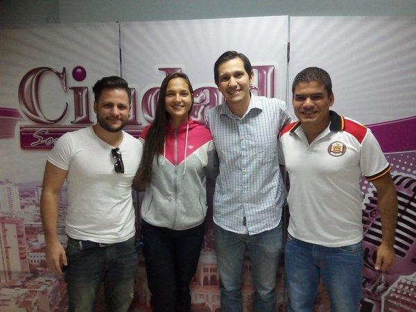 Deyna Castellanos aprovecha una sesión de fotos durante una entrevista en una radio