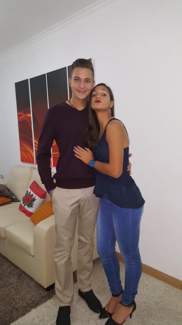Deyna Castellanos con un amigo bromeando para una foto