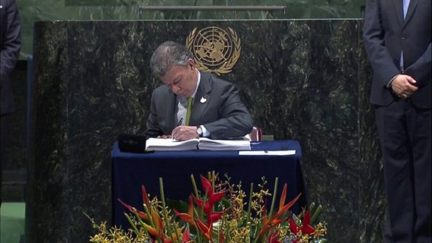 Juan Manuel Santos, Presidente de Colombia firmando el Acuerdo sobre el Cambio Climático