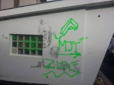 Tags sur la mosquée d'Aurillac