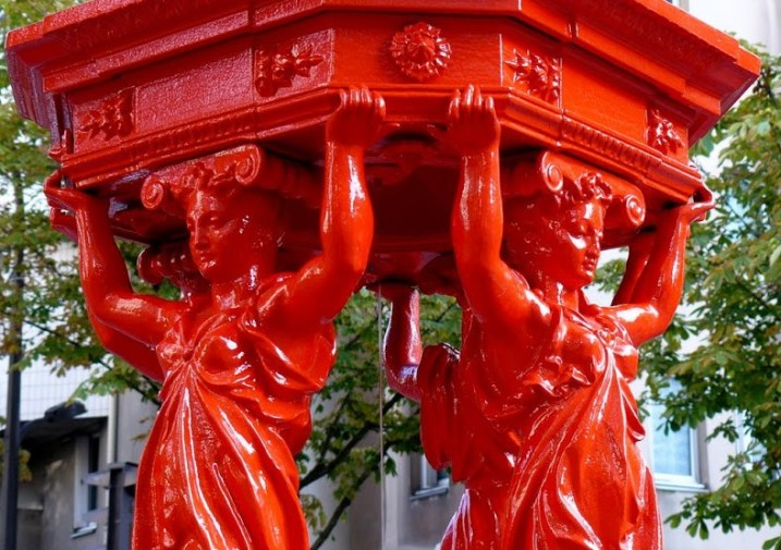 Une fontaine Wallace rouge, dans le XIIIe arrondissement (Paris)
