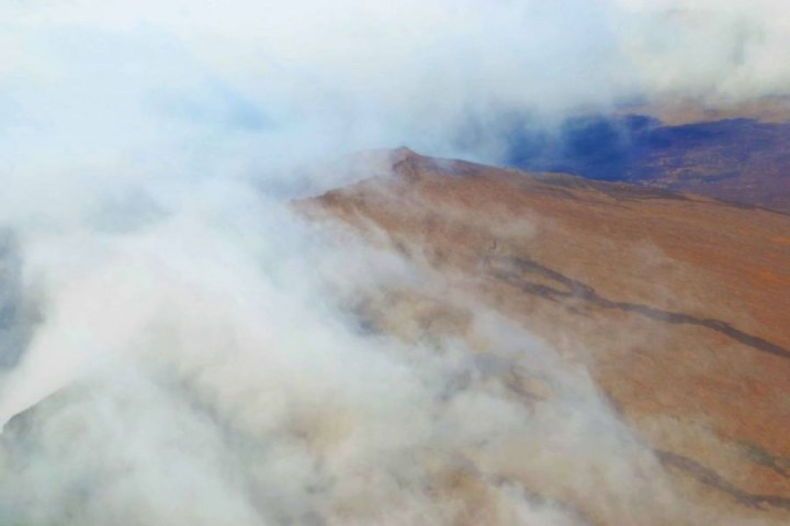 Volcan le Piton de la Fournaise dans les nuages, la Réunion