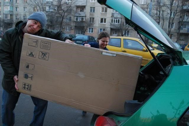 Avedis chargeant la maison en carton (2009)
