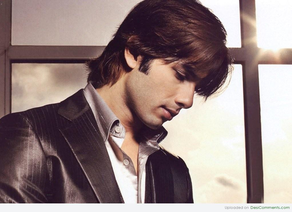 Shahid Kapoor Giving Side Face Pose