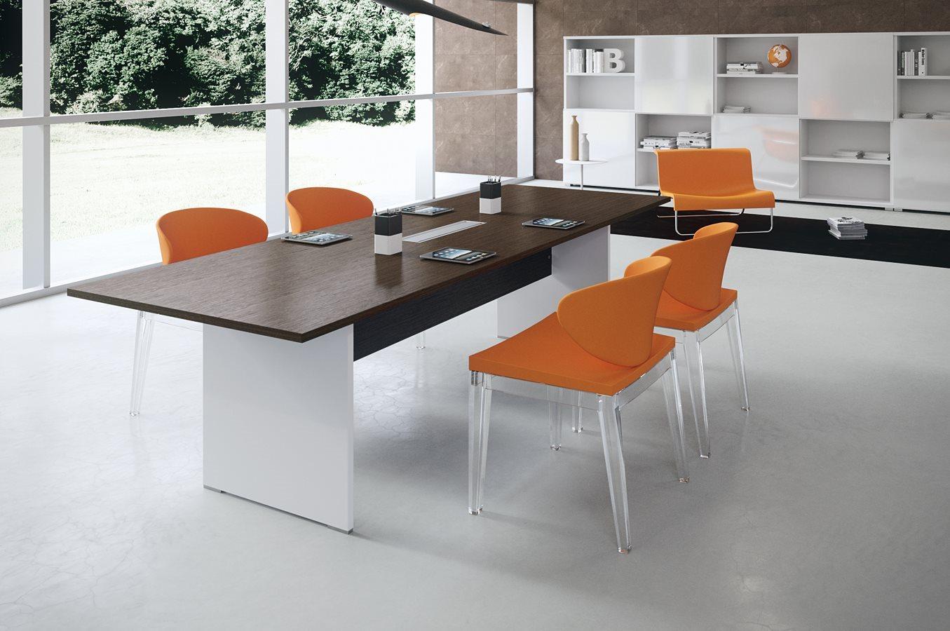 Art. TAR06 - Tavolo riunioni pannellato con piano in rovere moro. (DVO)