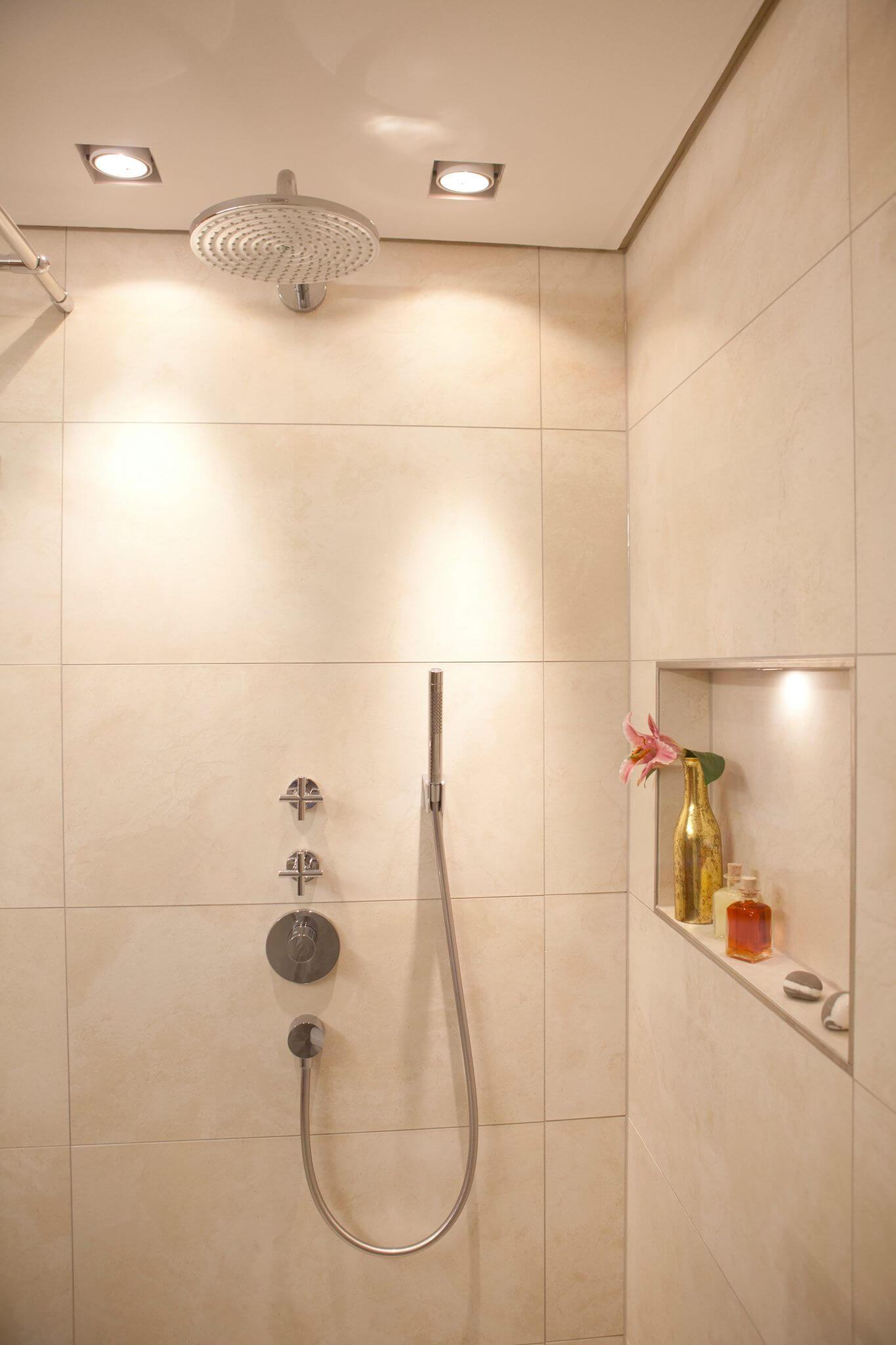 Gste Badezimmer mit stimmungsvollen Lichtszenarien