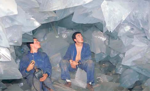 1999 photos of giant crystals in the Pulpí Geode from Cuaderno de Campo De Jaravia Historia, Geologia y Mineralogia
