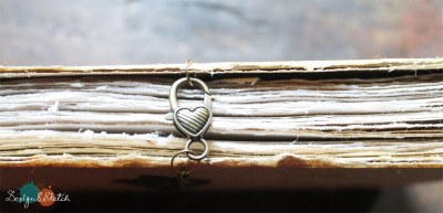 heart clasp to keep the book closed when note in use