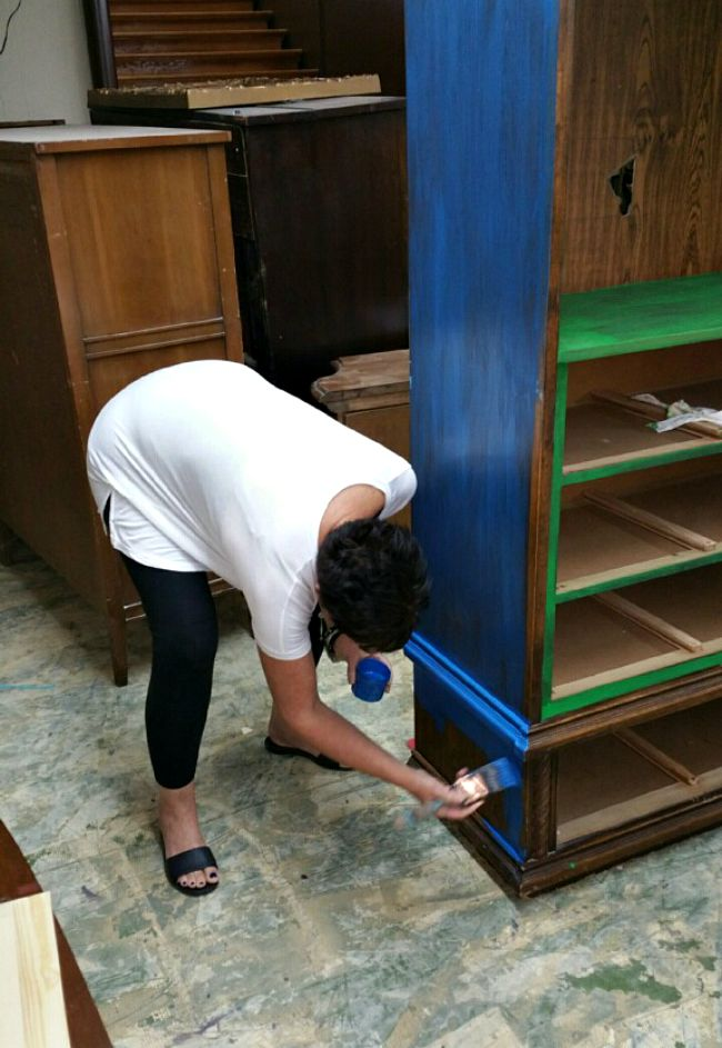 How to Paint Furniture - the easy way! Videos, tips, and tricks showing you EXACTLy how to paint furniture - a beginner's guide. #VelvetFinishes