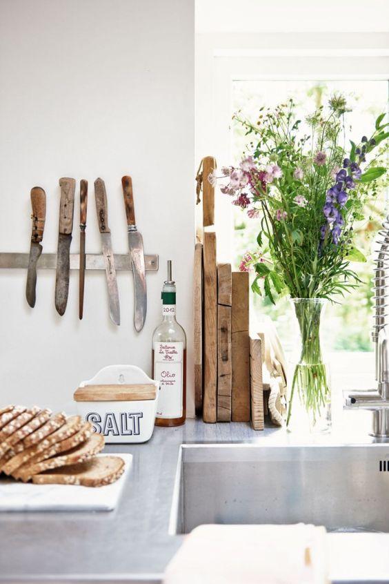 fresh-flowers-kitchen-summer-decor