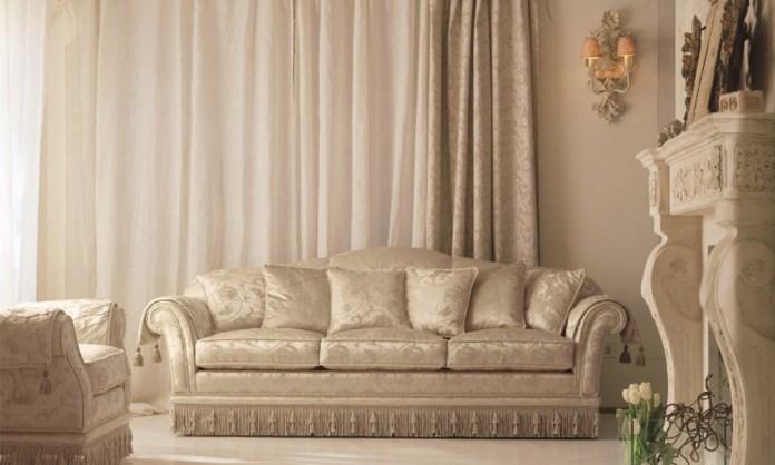 divano classico in tessuto glicine by Pigoli Salotti