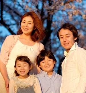 背景の写った家族写真
