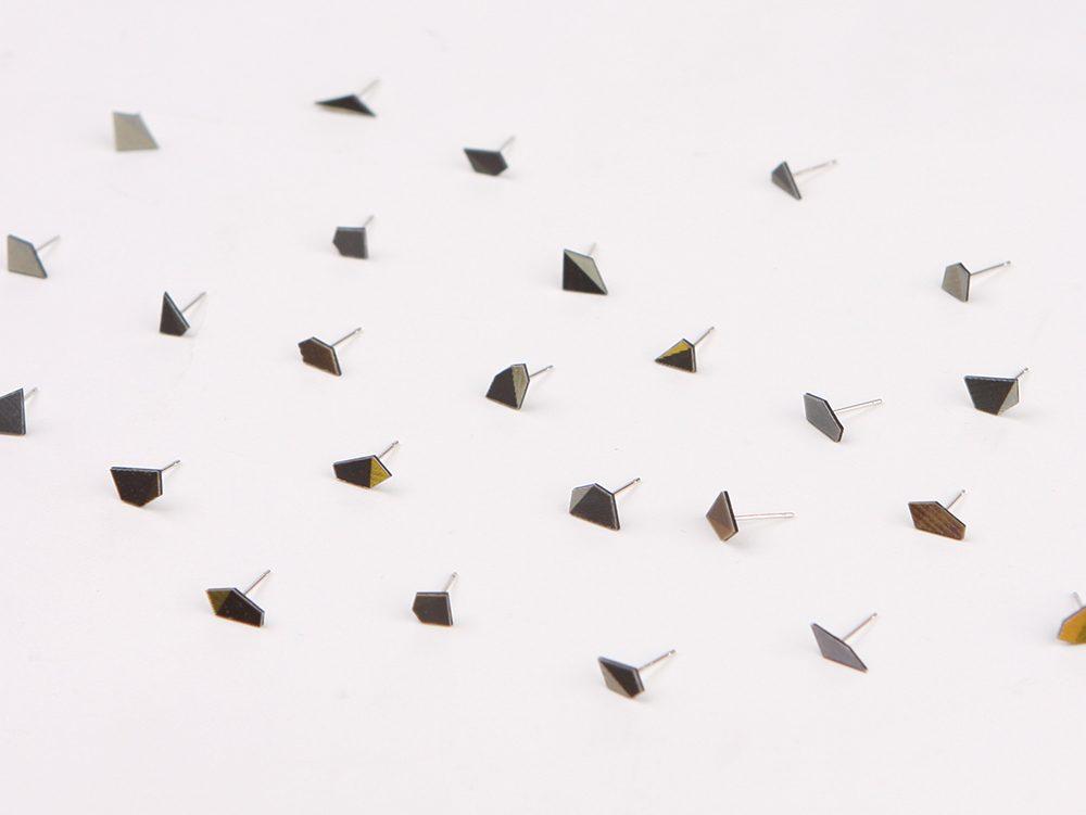 flip lenticular earrings based on a lenticular multi-view