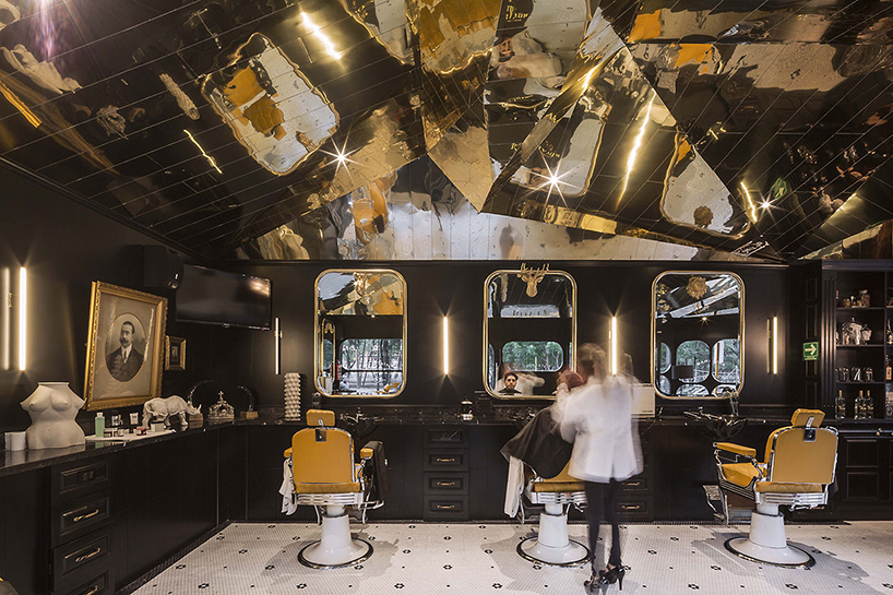 row studio use a golden reflective ceiling for barberia