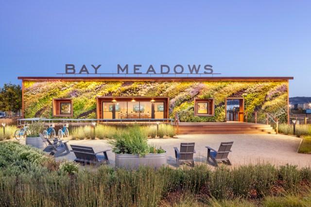 Arquitetos BCV alonga parede verde em Bay Meadows centro de boas-vindas