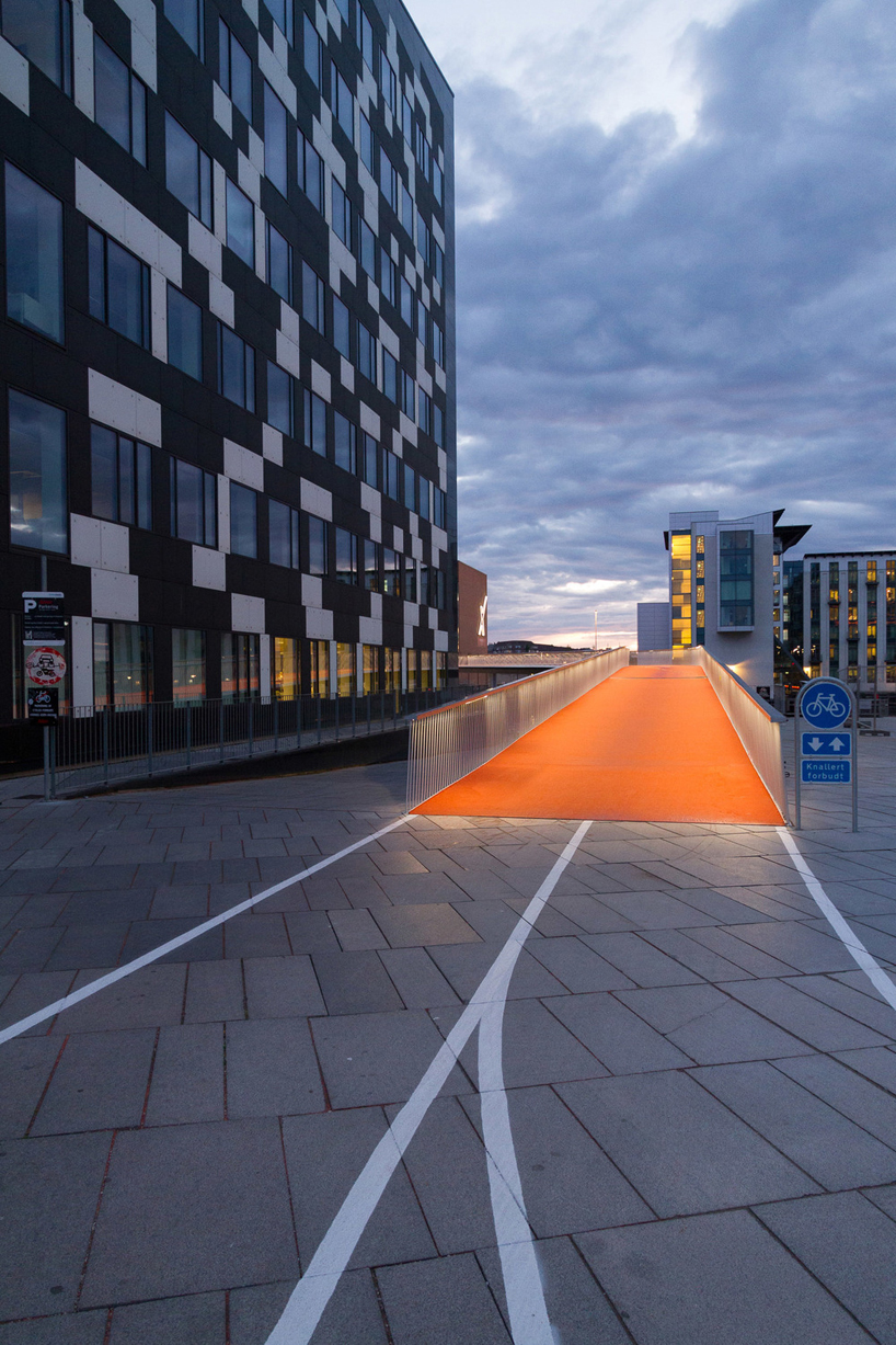 elevated bike lane by dissingweitling winds through copenhagen harbor