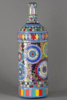 Garrafa de vidro decorada com mosaico