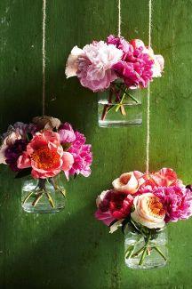 Garrafas de vidro como vasos de flores
