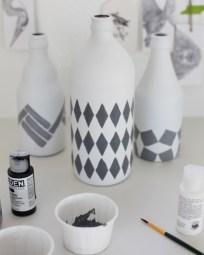 Garrafas de vidro também podem ser pintadas de acordo com a decoração do espaço e o seu estilo pessoal