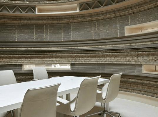 Ambiente da sede do Rabobank (Holanda) com o uso de papelão.