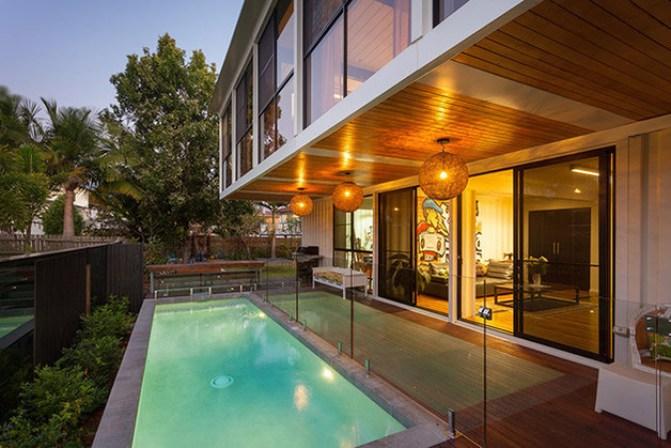 Casa construída com 31 containers possui quintal com piscina