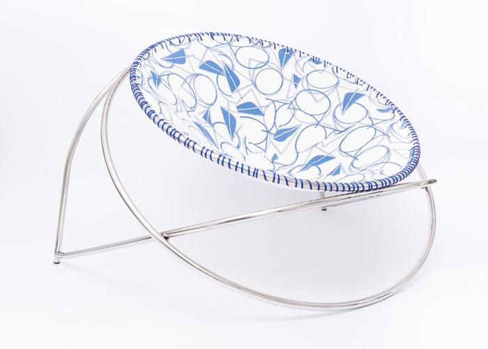 A poltrona Balacobaco possui a possibilidade de variação das cores para o assento de crochê, em estrutura de aço inox desmontável, dando mais dinamismo e acessibilidade.