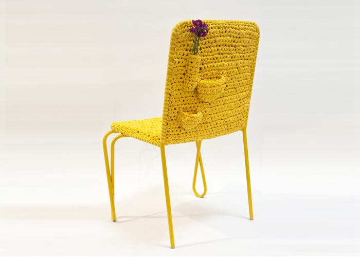 A Cadeira Vó Judith exemplifica bem o trabalho voltado para o desenvolvimento social e a diminuição de resíduos.  O revestimento é feito à mão, na técnica do crochê, com resíduos da indústria têxtil.