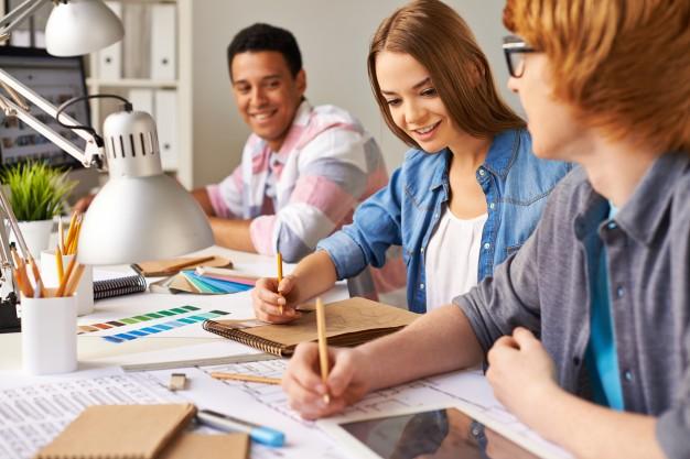 estudantes-que-trabalham-duro_1098-327