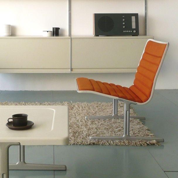 Ao fundo, sistema de prateleiras Vitsoe 606 / a frente, cadeira 601 - 1960 / 1961
