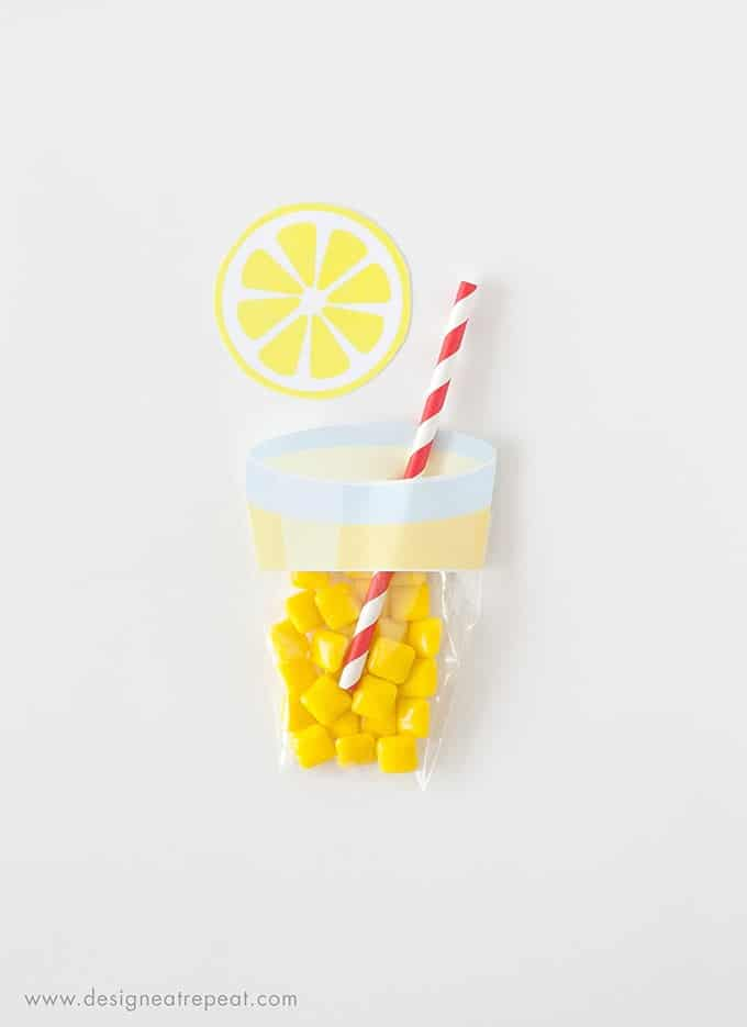Learn how to make these easy lemonade party favors using a few simple materials! Includes the free printable label & supply list!