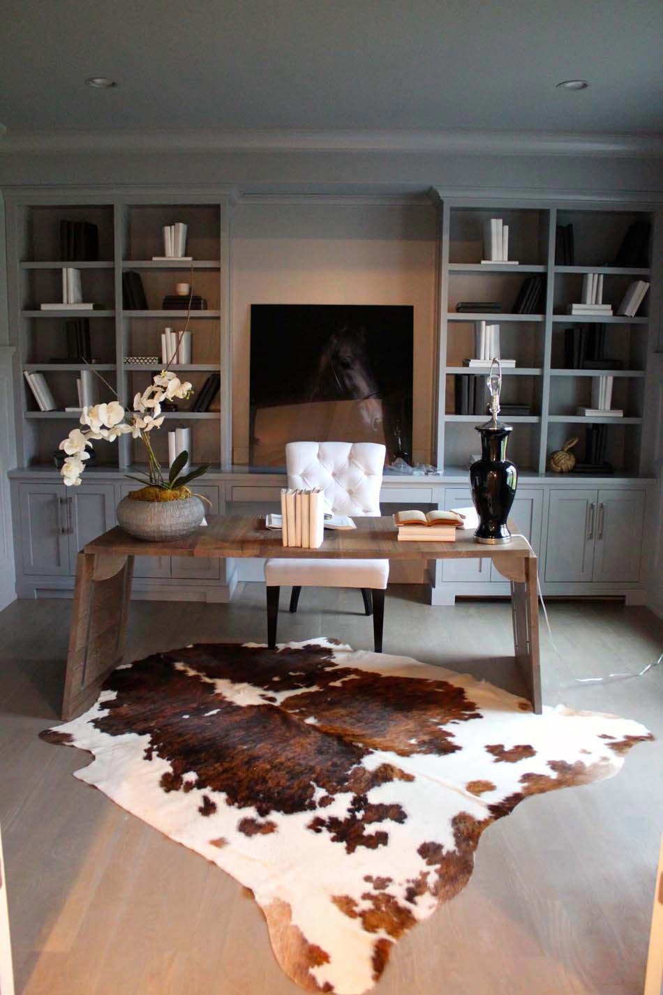 bureau a la decoration epuree et au design elegant en gris blanc et marron