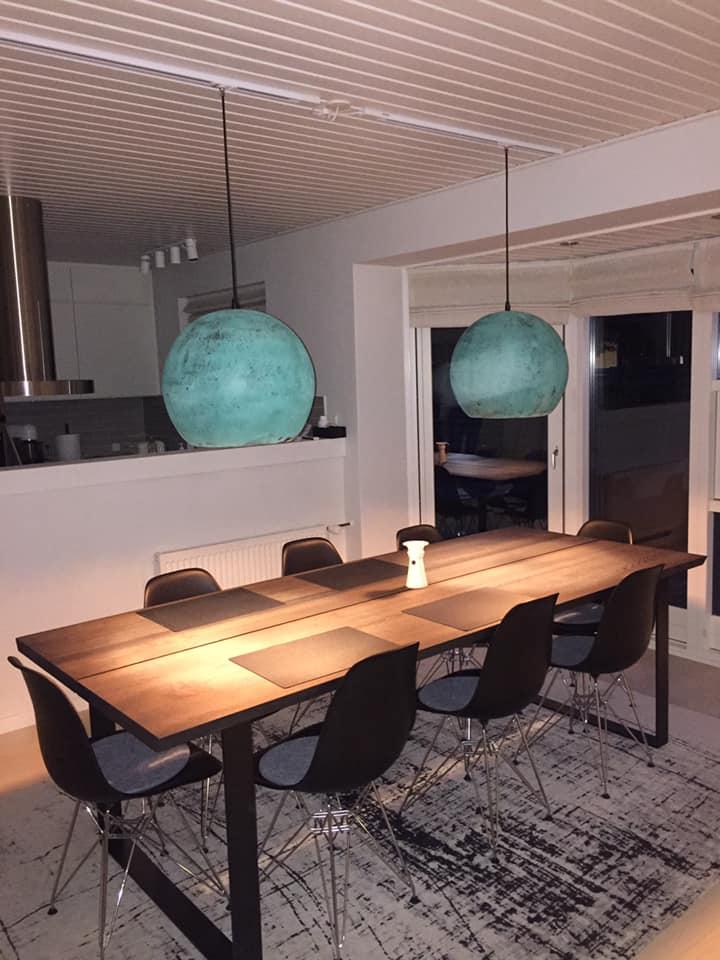 Lamperne hænger fint i opsat skinne over smukt plankebord